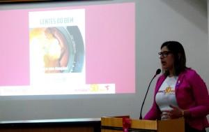 Kamila Cosman apresentando o Projeto Lentes do Bem