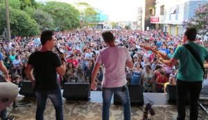 Banda Os Atuais encantou aos milhares de santiaguenses presentes