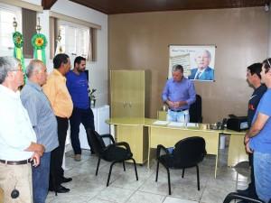 Presidente Décio Loureiro em conversa com os vereadores antes da assinatura da posse
