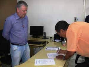Vereador Antonio Carlos assinando o Termo de Posse
