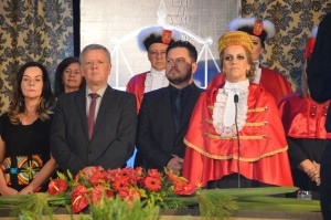 Vereador Décio entre outras autoridades prestigiando a formatura do Curso de Direito