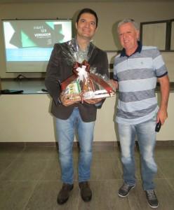 Presidente Décio Loureiro entregou alguns mimos ao Professor