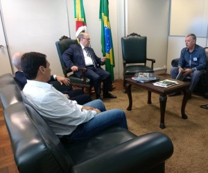 Vereadores Décio Loureiro e Batista Manzoni com o Secretário Cesar Schirmer