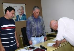 Vereador Arlindo assinando a posse