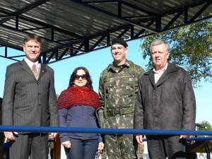 Ver. Davi Vernier, Verª Eva Muller, Ten. Cel. Oly Hastenpflug Neto, Comandante do 19º GAC e Presdiente da Câmara Ver. Décio Loureiro